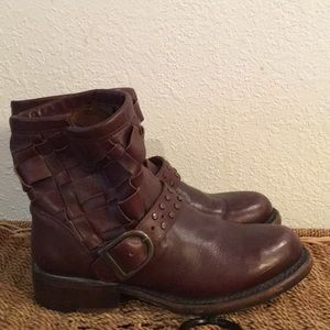 Amazing leather sole Matisse ankle boots belted
